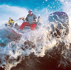 Рыболовные моторные лодки, управляемые с румпеля