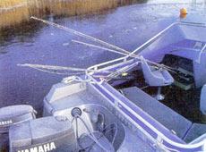 Пульт управления, смонтированный на борта катера «Buster XXL», мешает использовать для рыбалки пространство между пультом управления и сиденьем.