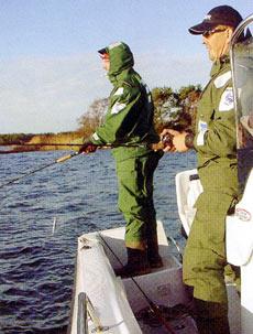Если лодка достаточно велика по размерам, то установленный по центру пульт управления позволяет беспрепятственно бросать спиннинг во все стороны.