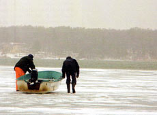 В некоторых случаях небольшой вес лодки очень полезен. На большом бустере не попасть по толстому льду к открытой воде, но для небольшой открытой лодки припайный лед не препятствие, требуется лишь больше времени, чтобы приступить к рыбалке.