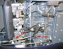 Продеваем троса сквозь отверстие в поддоне мотора и фиксируем латунные окончания рубашек тросов пластиковыми скобами.