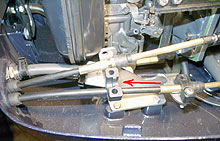 Если закручиванием или выкручиванием концевика добиться нужного положения не удается, то снимите пластиковый хомут, который удерживает рубашку троса на двигателе.
