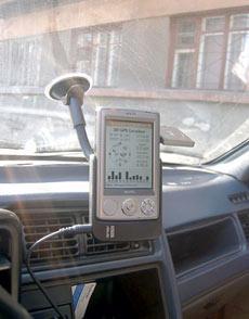 перевесило чашу весов наличие автомобильного крепления и блока питания в «прикуриватель» в пользу Asus.