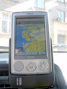 Но по сравнению с приборами iQue от Garmin, и на платформе Palm (iQue 3600), и на Windows Mobile (iQue M5) программа достаточно сильно «тормозит».